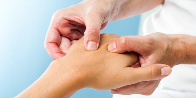 Wenn die Hände schmerzen, können ganz alltägliche Arbeiten zur Qual werden