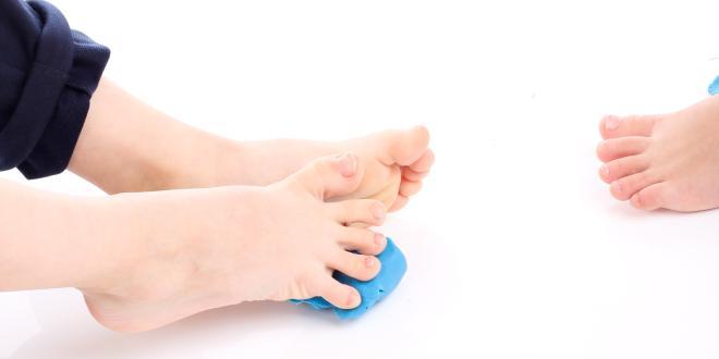 Tun die Kerne auf dem Daumen des Beines die Behandlung weh